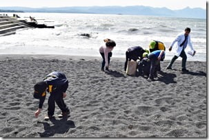 Alumnos de diferentes escuelas realizan operativo de aseo en Playa Pucara de Villarrica (2)